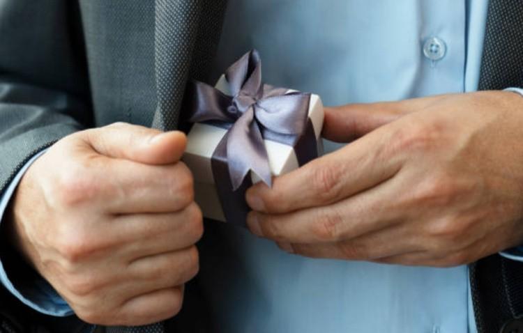 Подарок от мужчины фото